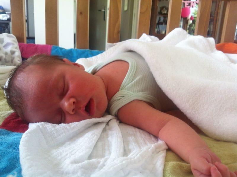 Hoe help je een pasgeboren baby de hitte te doorstaan