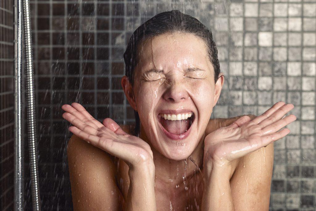 kind onder koude douche