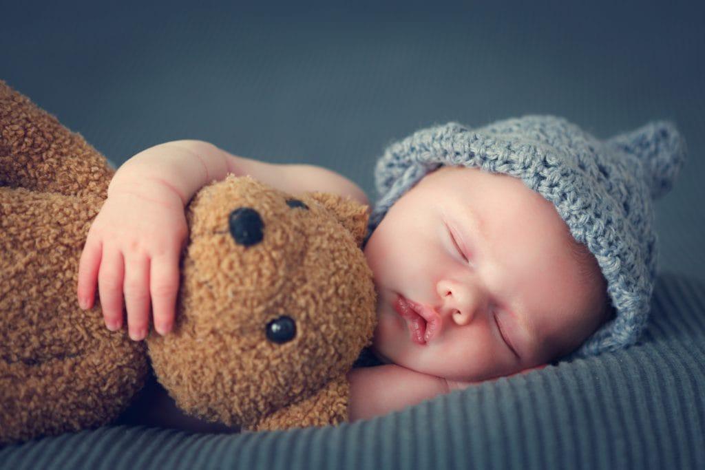 https://www.shutterstock.com/nl/image-photo/sleeping-newborn-baby-on-blanket-teddy-374384548