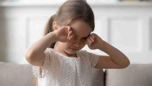 ogen wrijven kind bezoek orthoptist