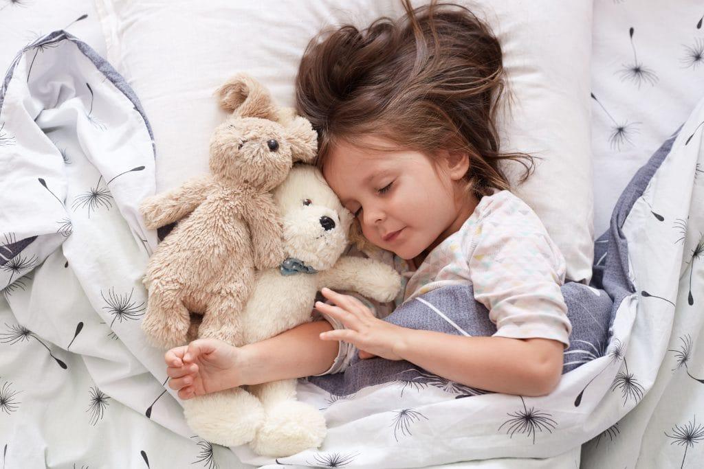 https://www.shutterstock.com/nl/image-photo/sweet-little-girl-sleeping-toys-crib-1540974275