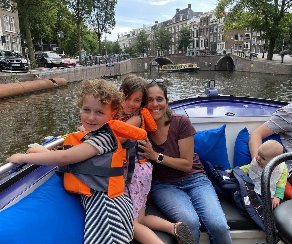 Met het gezin varend door de Amsterdamse grachten