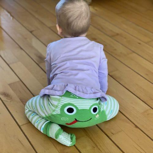 De unieke manier van kruipen van onze baby