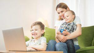 https://www.shutterstock.com/nl/image-photo/beautiful-mom-sons-having-facetime-video-1693070842