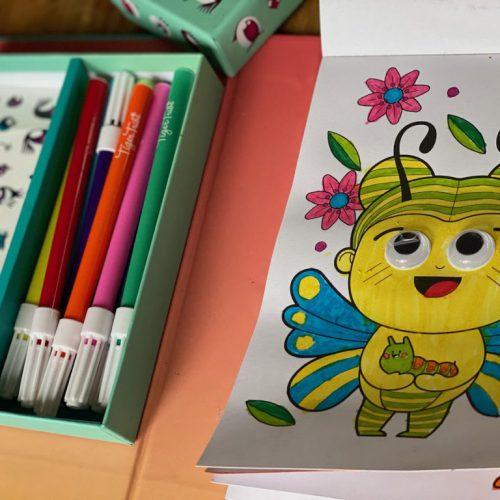 Grote schattige ogen en tekeningen in een leuk setje